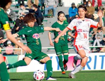 【日テレ―愛媛FCL】ボールを追い掛ける愛媛FCL・山口(右)=東京・味の素フィールド西が丘(愛媛FC提供)