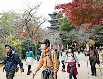 紅葉が彩る清水寺境内を歩く参加者ら=21日、島根県安来市清水町