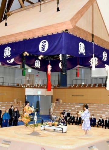 西日本豪雨後に乙亥会館で初めて開かれる乙亥大相撲を前に行われた土俵開き=21日午後、西予市野村町野村