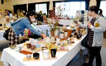 多彩な陶芸作品などが並ぶ八つ鹿工房のアート作品展示即売会