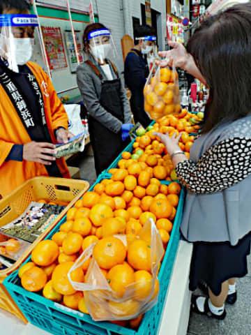 来場者に好評だった早生(わせ)ミカンのワンコイン袋詰め放題コーナー=21日、大阪市北区の天神橋筋商店街