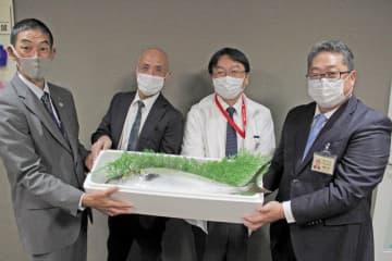 高平会長(左から2人目)からブリの寄贈を受けた中尾病院長(左から3人目)=長崎大学病院