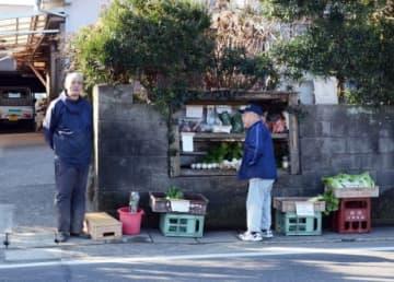 自宅前で無人販売所を営む生産者=鹿児島市犬迫町