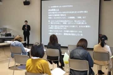 受講者がひきこもりへの理解を深めた講演会=新発田市中央町