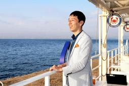 2階のオフィスから降り、海を眺めるパソナグループの岡田智一さん=淡路市野島平林