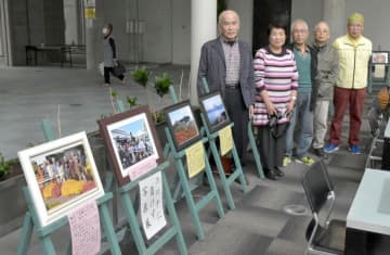 マムの花の写真などが展示された、新紫芳写真塾の写真展=筑西市丙