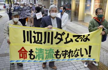 川辺川ダム建設反対の集会後、熊本市内を行進する人たち=22日午後