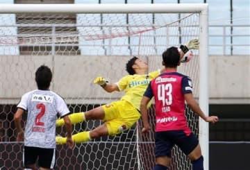 【熊本-C大U23】後半、直接FKを決められる熊本のGK内山=ヤンマースタジアム長居