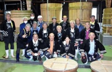 焼酎造りに取り組む「だいやめ講座」や自主研究グループのメンバーら=志布志市の若潮酒造