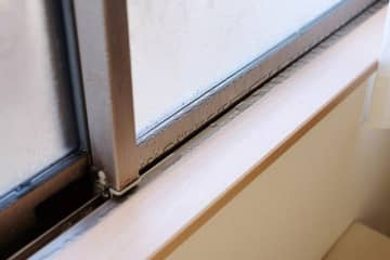 意外にもカビが発生しやすい冬…窓やサッシの結露は減らせる?