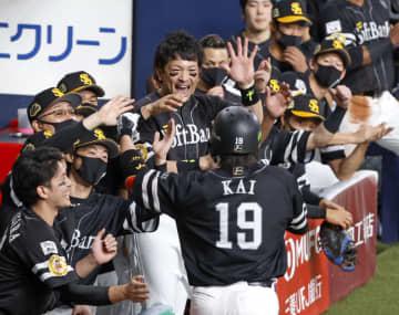 2回、本塁打を放った甲斐を迎えるソフトバンクナイン=京セラドーム