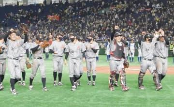 開幕戦で前回覇者のJFE東日本を破り、喜ぶ三菱自動車倉敷オーシャンズの選手たち=東京ドーム
