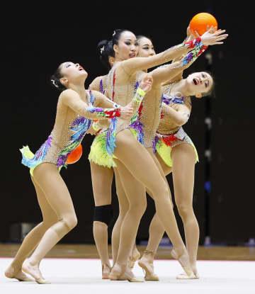 ボールの演技を披露する新体操団体の日本代表「フェアリージャパン」=高崎アリーナ