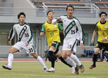 サッカー神奈川県2部リーグ最終節で、競り合う「はやぶさイレブン」の永里優季(17)=神奈川県厚木市