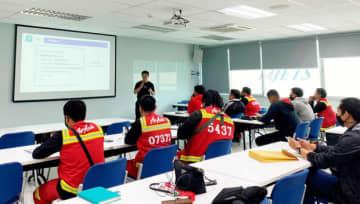 サイアム商業銀行はタイ・エアアジアの従業員の副業を支援するため、食事宅配アプリ「ロビンフッド」のドライバーなどの仕事を紹介した=タイ(同行提供)