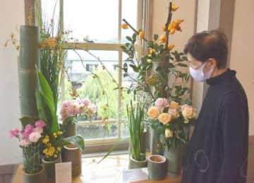 地元産の花材を使って生けられた展示