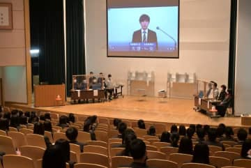 常磐大の学生が制作した政見放送も視聴した選挙出前講座=水戸市新荘