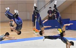 男子団体 ダイナミックな演技を見せる前橋工高=高崎アリーナ
