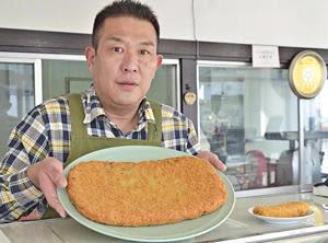 約1.4キロのメンチカツを誇る下坂食肉店のジャンボメンチ