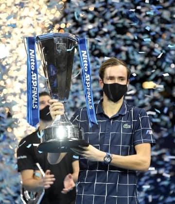 優勝を祝い、トロフィーを掲げるメドベージェフ(ロシア)=22日、ロンドン(ロイター=共同)