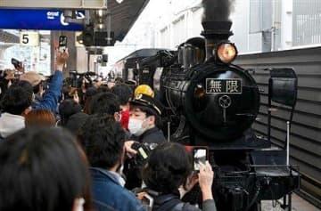 「SL鬼滅の刃」最終運行 ファンら800人、熊本駅で見送る