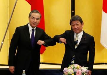日中外相が会談、11月中のビジネス往来再開で一致