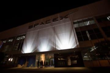 米スペースXの衛星高速ネット、サービス開始遅れの可能性