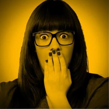 "『AKB』歌唱中にハプニング! 池田エライザの""真顔""に騒然「死んだ目」"