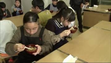 地元の特産品を誇りに 児童が稲庭うどん作り体験 秋田・湯沢市