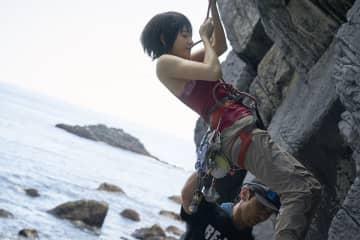 土屋太鳳、崖やマンション登るアクション! タンクトップで体を絞り挑む