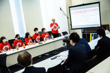 同性婚求める院内集会。「菅総理、結婚の規制緩和も」と国会議員も訴えた。