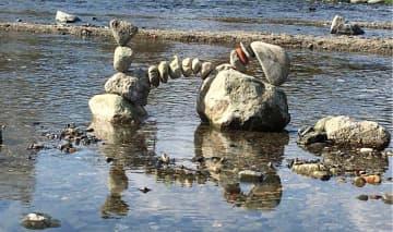 """京都・鴨川で見つけた見事な""""石アート""""の投稿にご本人登場! 絶妙なバランスの作り方を聞いてみた 画像"""
