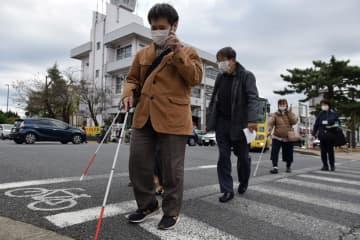 スマホ式信号機 「方向分かりにくい」 四街道で視覚障害者検証 音響式とセットで整備を