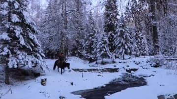 雪原を行く騎馬配送員 新疆カバ県