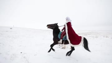 女性副県長が雪原で馬を駆り観光PR 新疆ウイグル自治区