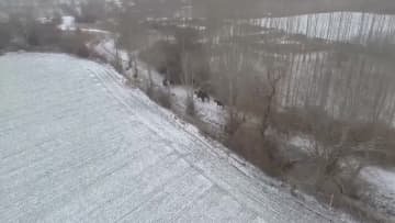 馬に乗って雪の中をパトロール 新疆ウイグル自治区