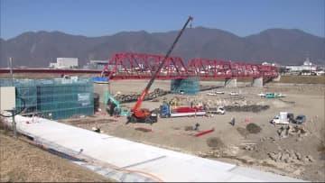 台風で崩落 別所線「赤い橋」 修復した部品が千曲川に 来年3月末の再開に向け組み立てへ