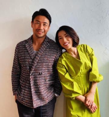 魔裟斗「夫婦での撮影でした!」妻・矢沢心とスマイル全開