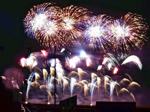 新年は明るい年に…師走の夜空彩る大輪 南相馬・小高で5000発