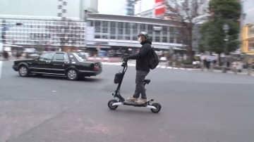 公道もスイスイ「電動キックスケーター」通勤…3密避けて次世代の移動手段に シェアサービスも登場 画像