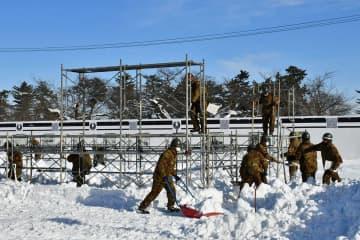 こんなときだから…感動呼ぶ大雪像を/弘前城雪燈籠まつり 陸自隊員、制作に汗