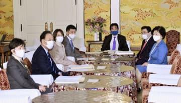 国会内で開かれた、新型コロナウイルス対応を話し合う政府と与野党との連絡協議会=13日午後