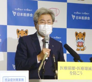 記者会見する日本医師会の中川俊男会長=13日午後、東京都内