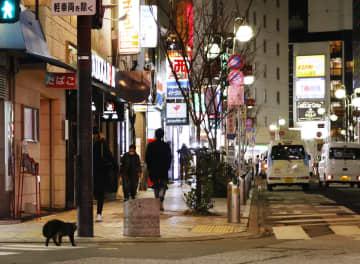 閑散とする福岡市の繁華街・中洲=13日午後7時43分