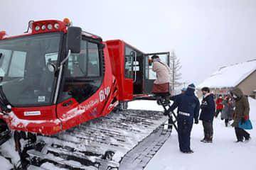キャビン付きの圧雪車で天元台高原周辺を回った=米沢市