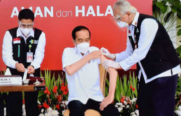 ジョコ大統領は国内で最初にコロナワクチンの接種を受けた(内閣官房提供)