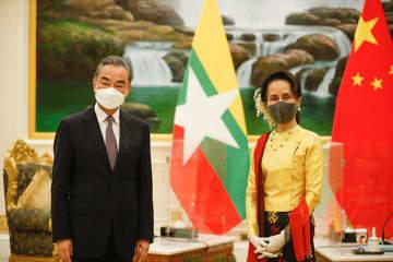 ワクチンの提供や鉄道計画の推進などを議題に会談した王毅氏(左)とスー・チー氏=11日、ネピドー(ミャンマー大統領府提供)