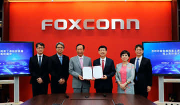 鴻海傘下の富士康科技集団は、浙江吉利控股集団と合弁会社を設立する契約を交わした。EVの受託製造サービスを展開する=13日(鴻海提供)