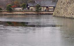 数日続いて氷が張った姫路城の内堀=13日朝、姫路市本町