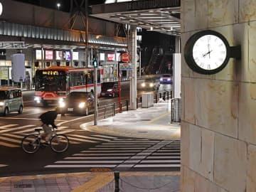 緊急事態宣言が県内にも拡大し、午後8時以降の外出自粛が求められる中、人通りまばらなスクランブル交差点=13日午後8時、岐阜市神田町